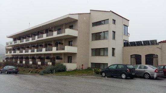 Siris Hotel: Ο χώρος πάρκινγκ και τα πίσω δωμάτια του ξενοδοχείου