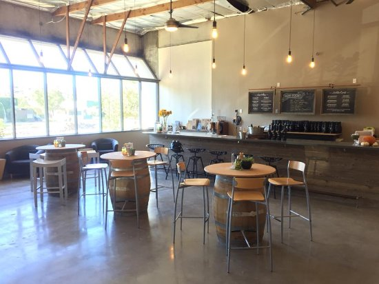 Westlake Village, CA: New tasting room bar