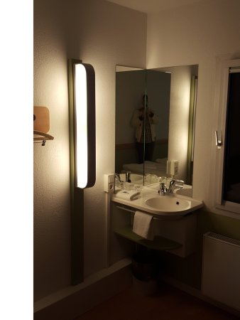 Ibis Budget Dresden Kesselsdorf: Waschtisch im Zimmer - Bad/WC extra