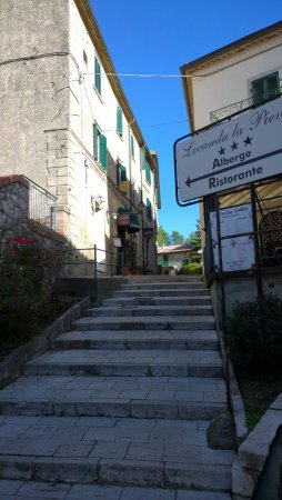 Locanda La Pieve: Ingresso alla LOCANDA  dalla strada