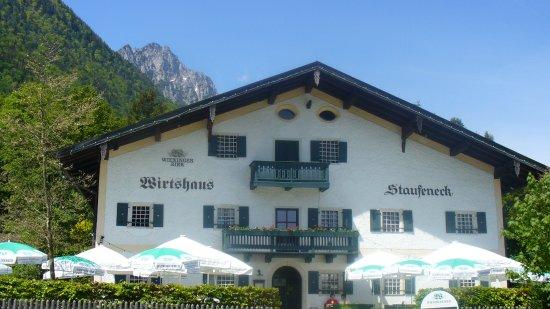 Piding, Deutschland: Schloßwirt Staufeneck mit  Hohenstaufen