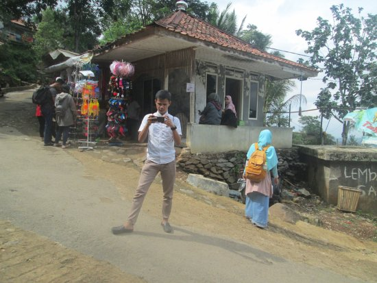 Purwakarta, Indonesien: tersedia penjualan underwear, kolor, kacamata renang, pouch plastik gadget, tongsis, gorengan