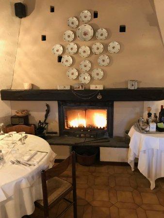 Vezzo, Italien: sala ristorante con camino