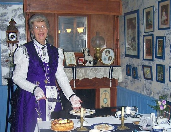 Drybrook, UK: Lady Nadine inspecting your table