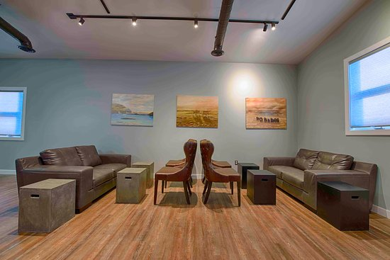 Cambridge Bay, Канада: Local artwork on walls. Comfortable seating. Great Coffee.