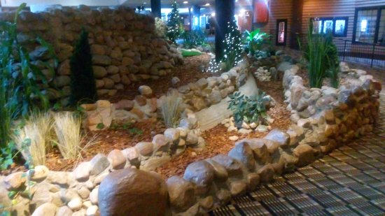 Edmonton Inn and Conference Centre: Central Open Lounge Dry Creek Beds