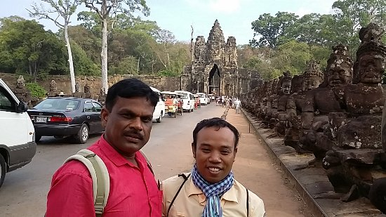Rely on a professional travel guide in bodhgaya.