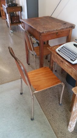 Katikati, Yeni Zelanda: Old school desks and chairs