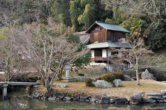 Kinko Garden: 島から眺めた吟風閣。味わい深い光景だ
