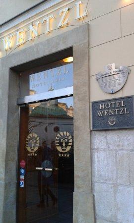 Hotel Wentzl . Η πινακίδα .