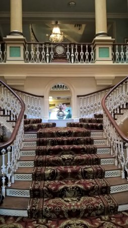 Royal Hotel Scarborough: Sweeping staircase in the entrance lobby .Splendid & one of the most photograped locations by gu
