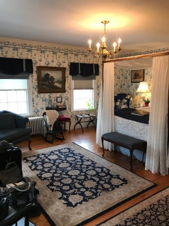Martin Hill Inn: large room with beautiful antiques