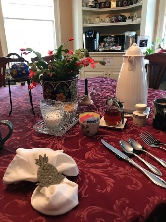 Martin Hill Inn: breakfast set up