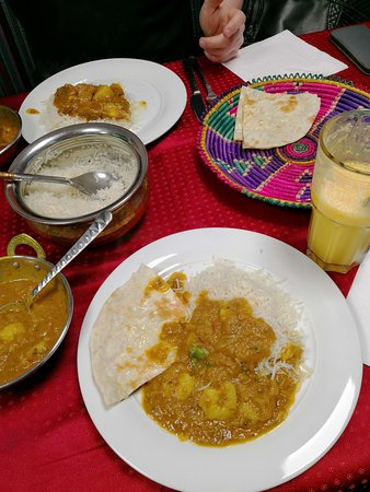 Vechta, Alemania: Chicken Bhuna mit Broot und Reis sowie ein weiteres Gericht (Name vergessen)