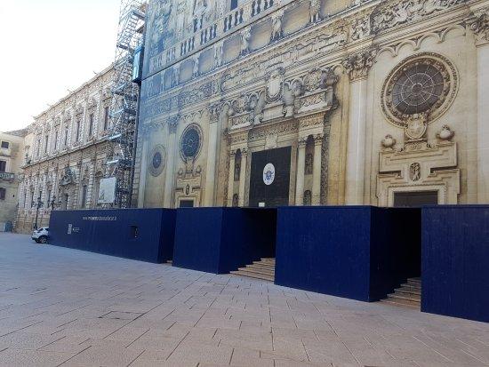 Basilica di Santa Croce: La facciata in ristrutturazione.