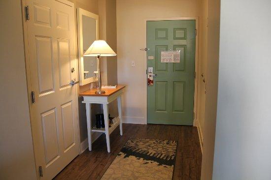 Hotel Indigo Sarasota: Entry way into the suite. A very comfortable room!