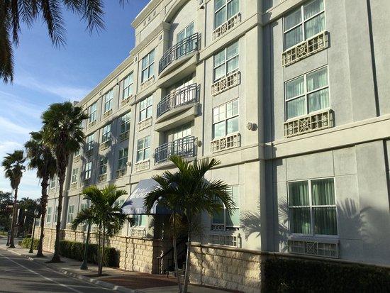 Hotel Indigo Sarasota: Exterior of the hotel - so pretty!