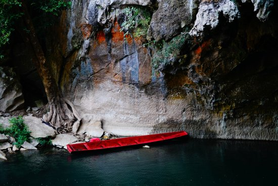 Kong Lor Cave: typical boat of locals