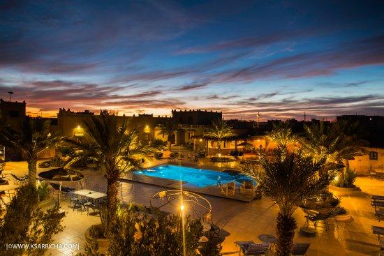 Ksar Bicha: la piscine  juste après le coucher de soleil