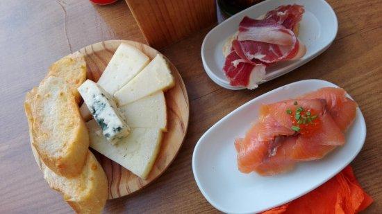 Taverna El Casino: Plateau de fromages, tapas au saumon, pan con tomate