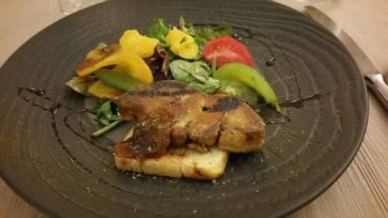Violes, France: Foie gras du Gers poêlé, toast aux céréales et fruits, figues et réduction de vinaigre balsamiqu