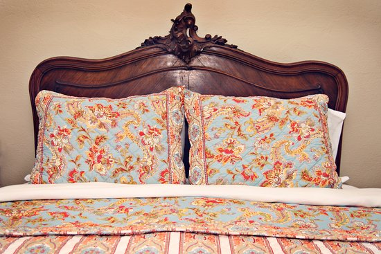 Balch Hotel: Antiques headboards and luxurious linens make for a restful sleep