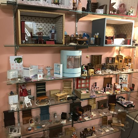 Searsport, ME: Very nice antiques, furniture, glassware, & dollhouse miniatures too.