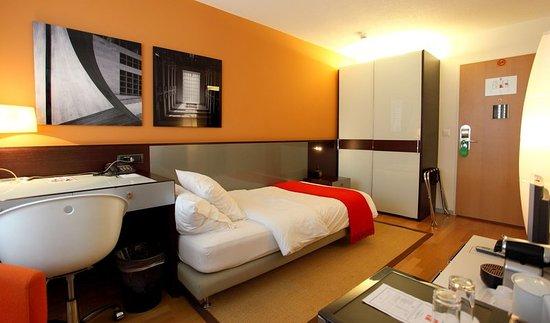 A twin bed design room picture of design hotel f6 for Design hotel geneva rue ferrier 6