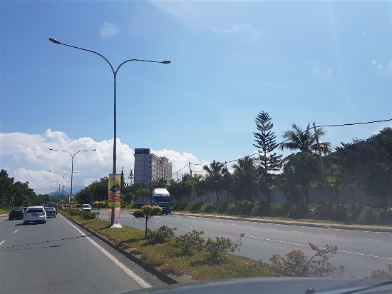 Lahad Datu, Malasia: Hotel on right, located on busy highway