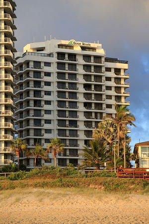 โรงแรมโอเชี่ยน รอเยล: Photo from the beach.