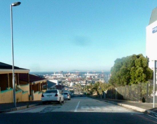 Garden Court Nelson Mandela Boulevard: rue qui mène à l'hôtel