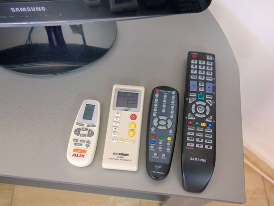 Camping Aourir: Apartment 2: Wohnzimmer Mit TV, Satelliten Receiver Und  Fernbedienungen (