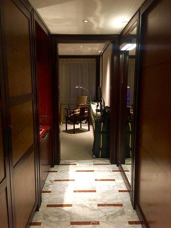 Grand Hyatt Shanghai : Corridor from door into room