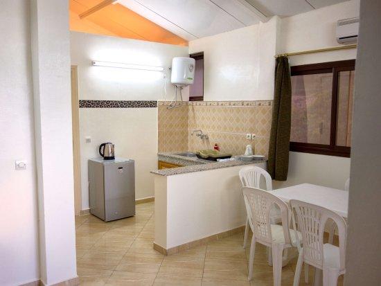 Apartment 3: Blick auf den Essbereich und die Küchenzeile (ohne Herd ...