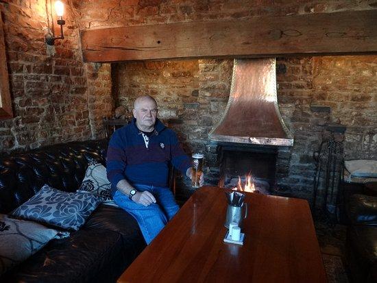 Lighthorne, UK: Cosy fireside sofa