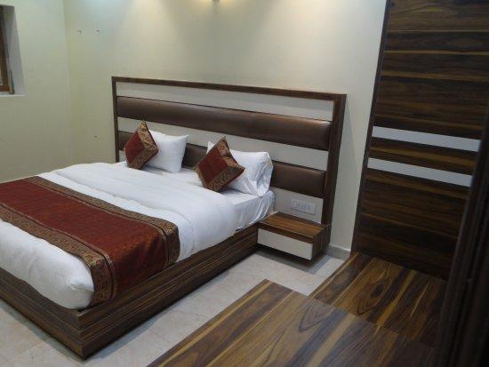 Hotels near Varanasi Railway Station, Varanasi with Bar