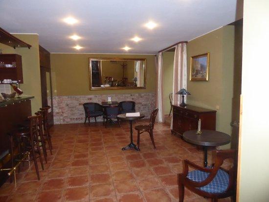Bohemia Plaza Residence: reception/bar