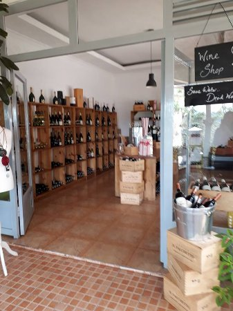 Brachetto Restaurant: wine shop at entrance
