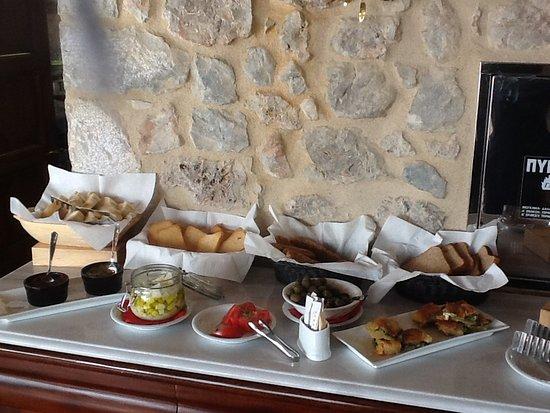 Archontiko Hatzipanayioti: Tapenade, Feta, aromatischste Tomaten, Oliven, Käse-u. Wurstaufschnitt, Pastete und mehr...
