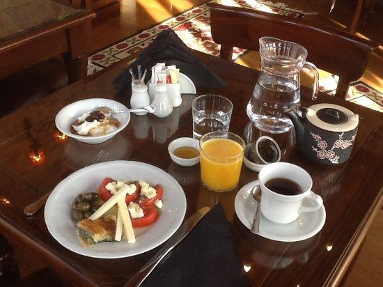 Archontiko Hatzipanayioti: mein Frühstück mit den wunderbaren regionalen Spezialitäten.....