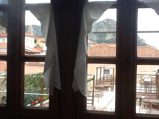 Archontiko Hatzipanayioti: Blick aus dem Speiseraum mit Dachterrasse.....- DER Platz bei warmen Temperaturen !