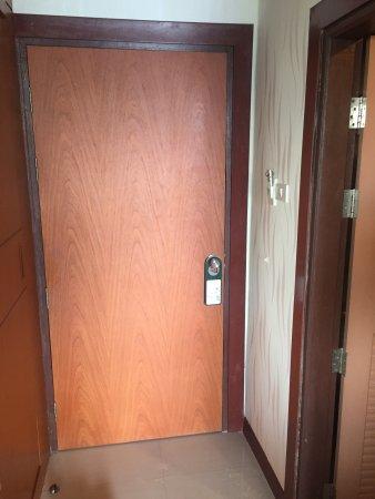 Andaman Resort: входная дверь в номер