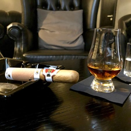 ‪Caballero Cigar & Whisky Bar‬