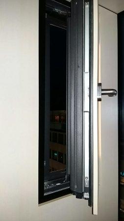 Radisson Blu Hotel: Badezimmer, Schalter Für Den Bedarf Des Roomservice,  Kl.Glaserker