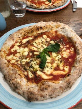Acquolina In Bocca: marinara pizza with mozzarella