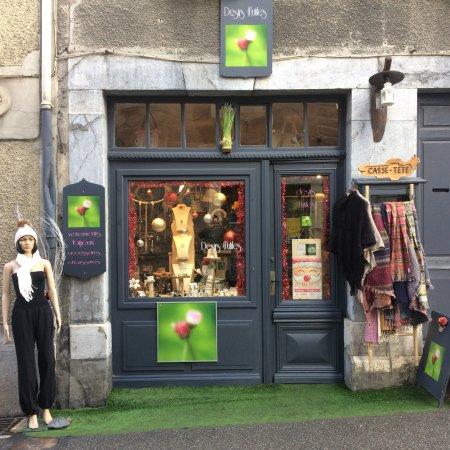 Arreau, فرنسا: petite boutique dans vieil immeuble entouré de vieille pierres. très beau