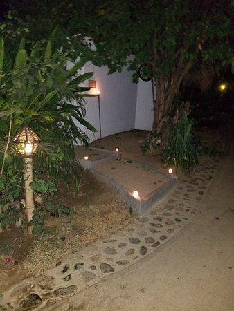 Restaurante El Alquimista: Lights along the pathway.