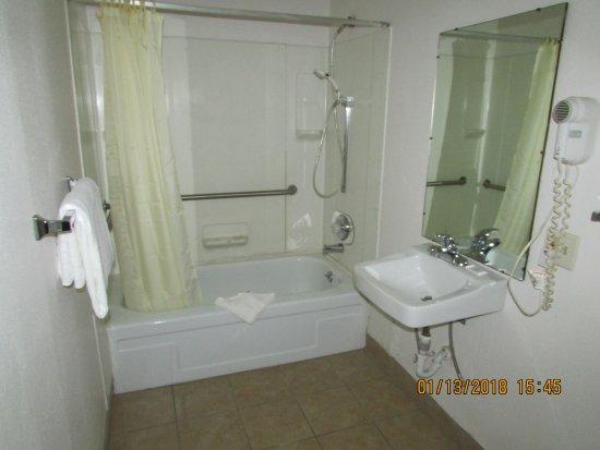 Green River, WY: Accessible Bathroom