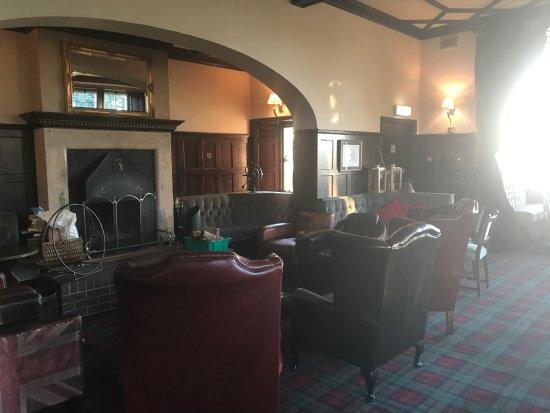 Invernairne Hotel: Cozy bar.
