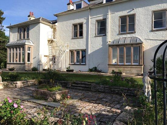 Invernairne Hotel: Lovely garden.